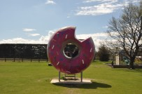 Springfield - wo sind die Simpsons? (der Donut wird zu Werbezwecken für den Film in der Stadt Springfield aufgestellt)