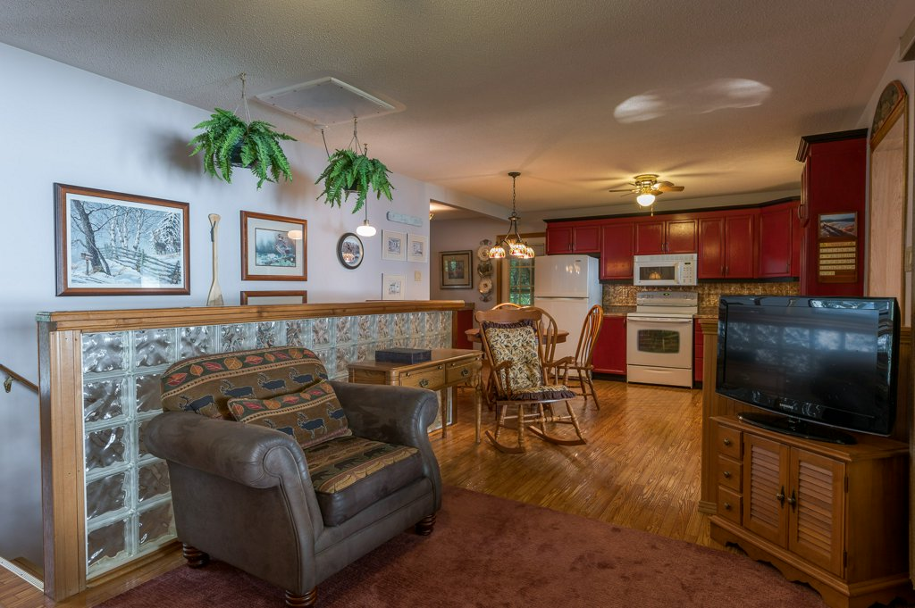 034 26 fire rte 103 bobcaygeon ON living room4 - WATERFRONT ~ 4 SEASON COTTAGE FOR SALE ON PIGEON LAKE