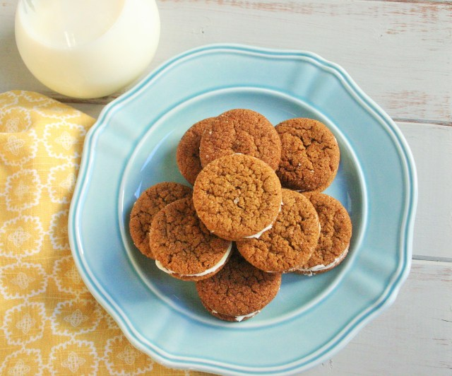 Ginger sandwich cookies with cream cheese and lemon curd