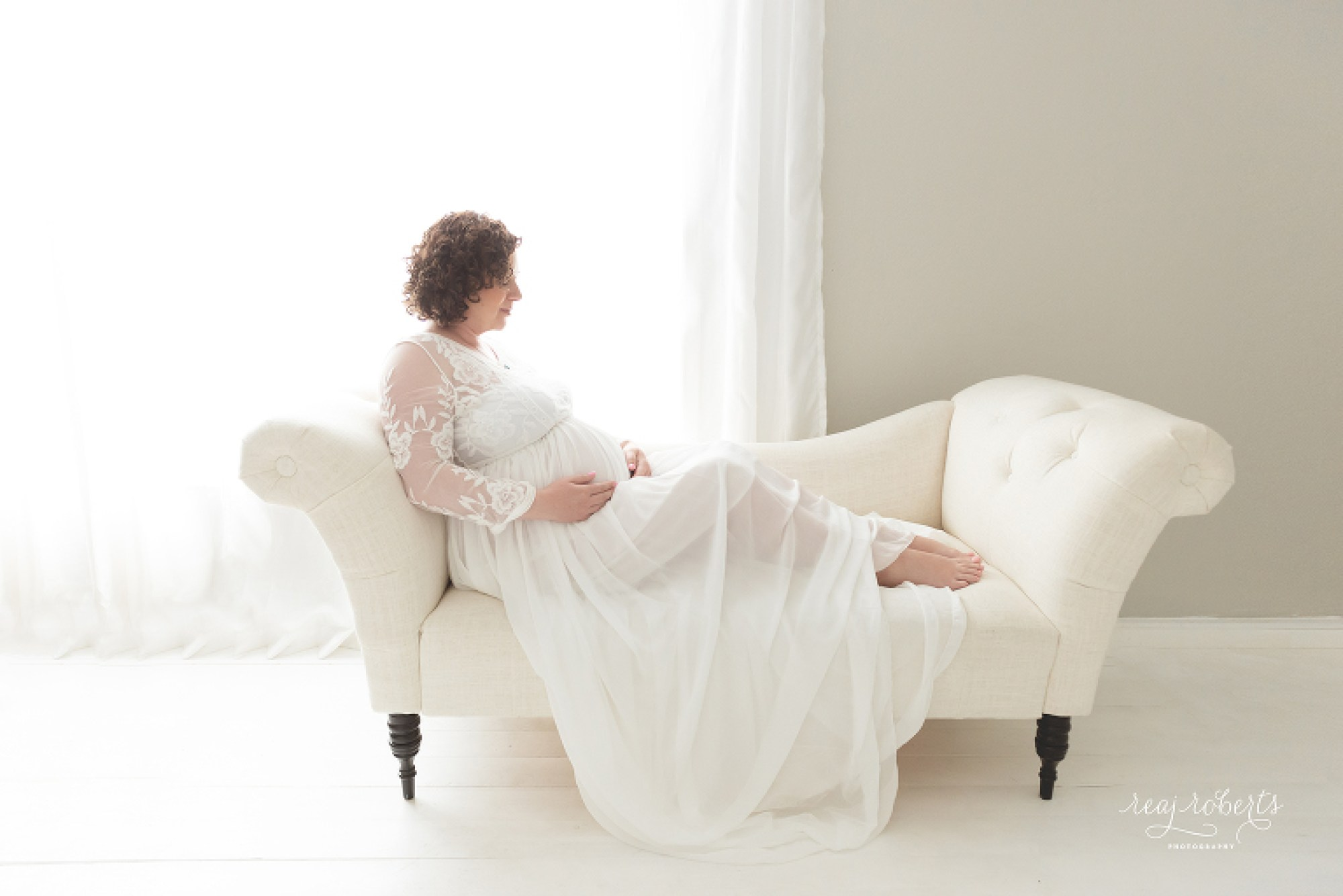 Phoenix maternity photos indoor studio | Reaj Roberts Photography
