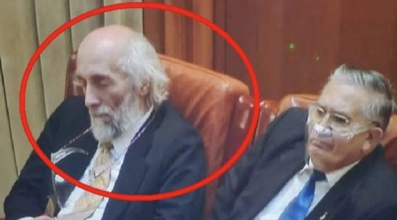"""Senatorul AUR vine cu o reacție după ce a fost surprins dormind în Parlament. Presa la prins cu o minciună gravă. """"Poziţia aia înseamnă presiune pe stern"""""""