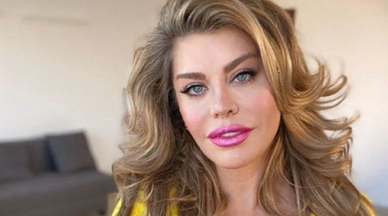 (FOTO) Loredana Groza este din nou criticată de fani pentru fotografiile postate pe Intagram. De data asta avea un decolteu că se vedea și sutienul
