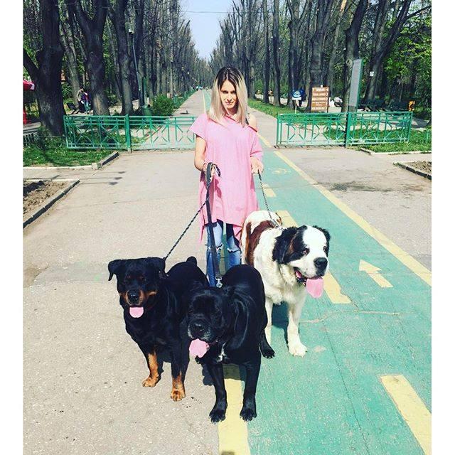 (FOTO) Raluka nu se grăbește să devină mama, în schimb are tocmai cinci câine acasă! Cum arată animalele de companie?