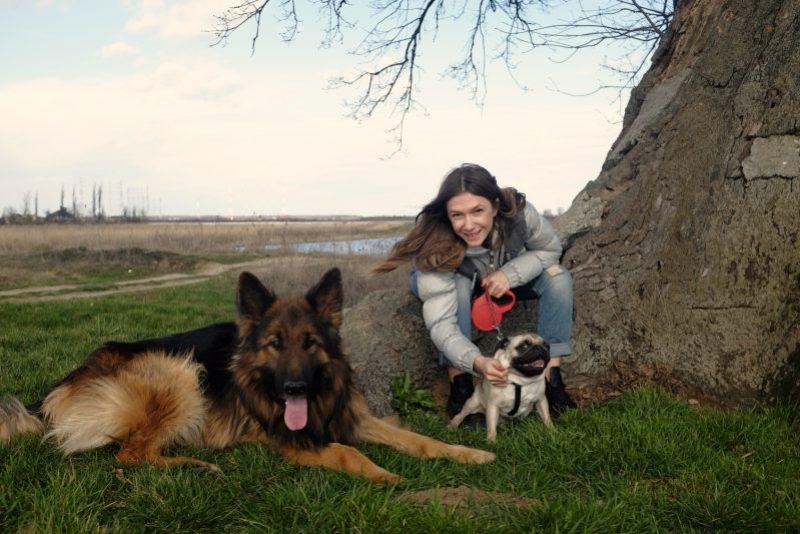 """Adela Popescu are doi câini spectaculoși acasă. Imagini unice cu """"un superb exemplar de ciobănesc german păros și un bălos îngâmfat de mops"""""""