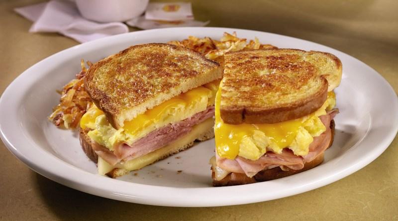 Sandwich cu șuncă, brânză și ou. Rețeta unui mic dejun sănătos, care se prepară doar în 10 minute