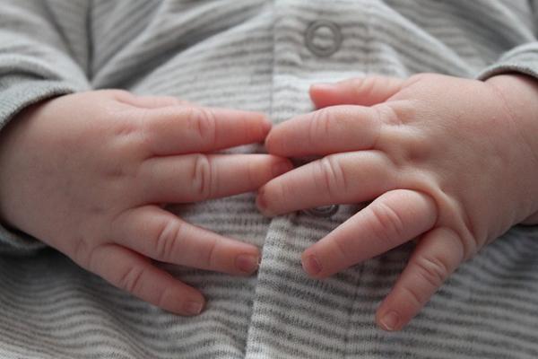 Caz ieșit din comun în Suceava! Un bebeluș a murit după ce a fost botezat de un preot