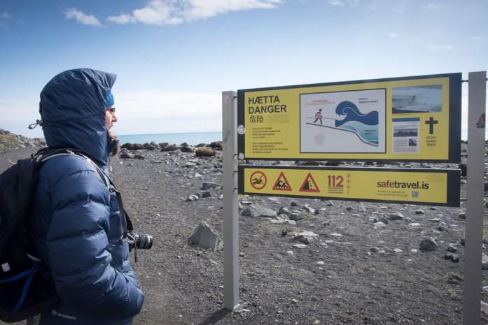 Island pláž Reynisfjara nebezpečné plíživé vlny varovná cedule