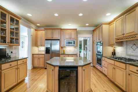 014 - 205 Settlecroft Presented by MORE Real Estate_Kitchen