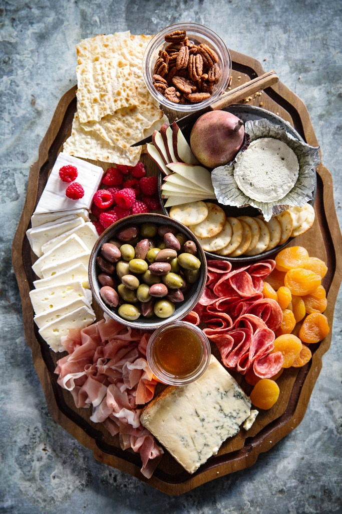 Cheese and charcuterie board - Decorer un plateau de fromage ...