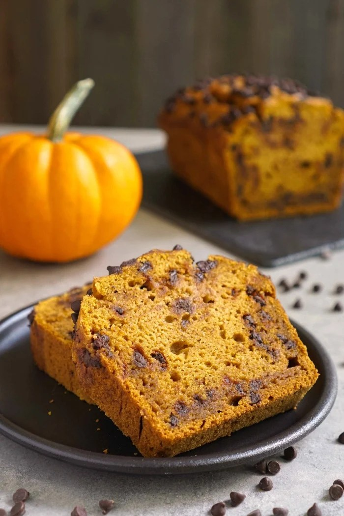 This gluten free chocolate chip pumpkin bread is an easy, delicious treat for snack time. Try this healthy recipe for the perfect taste of fall! Recipe from @realfoodrecipes realfoodrealdeals.com