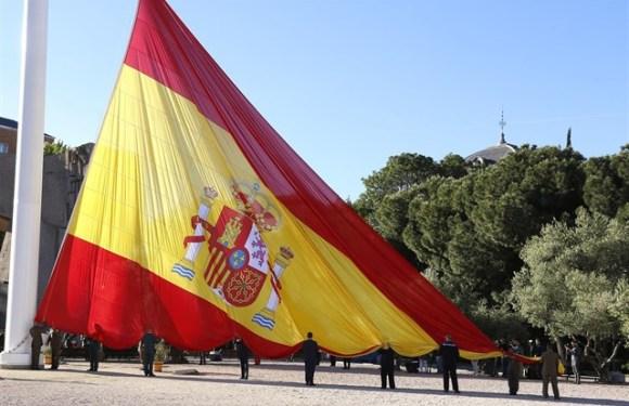 REPORTAJE DEL IZADO SOLEMNE DE LA BANDERA ESPAÑOLA EN LA PLAZA DEL DESCUBRIMIENTO