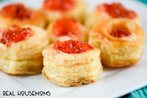 Jalapeño Jelly Brie Puff Pastry are cute little sweet and spicy yummy bites of flaky, creamy goodness!