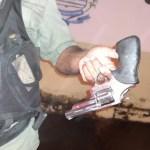 Após perseguição policial, acusado de homicídio é preso com arma de fogo em José de Freitas