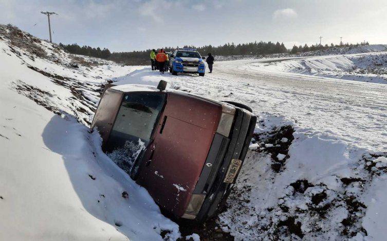 Circulaba por la Ruta Provincial 23 sin cadenas mientras nevaba, derrapó y cayó en un zanjón