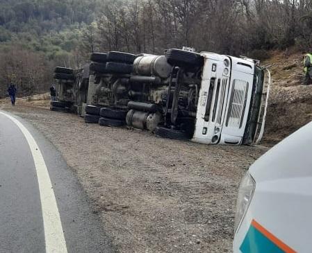 Un camión chileno se pasó en una curva y terminó volcando sobre la calzada de la Ruta 231