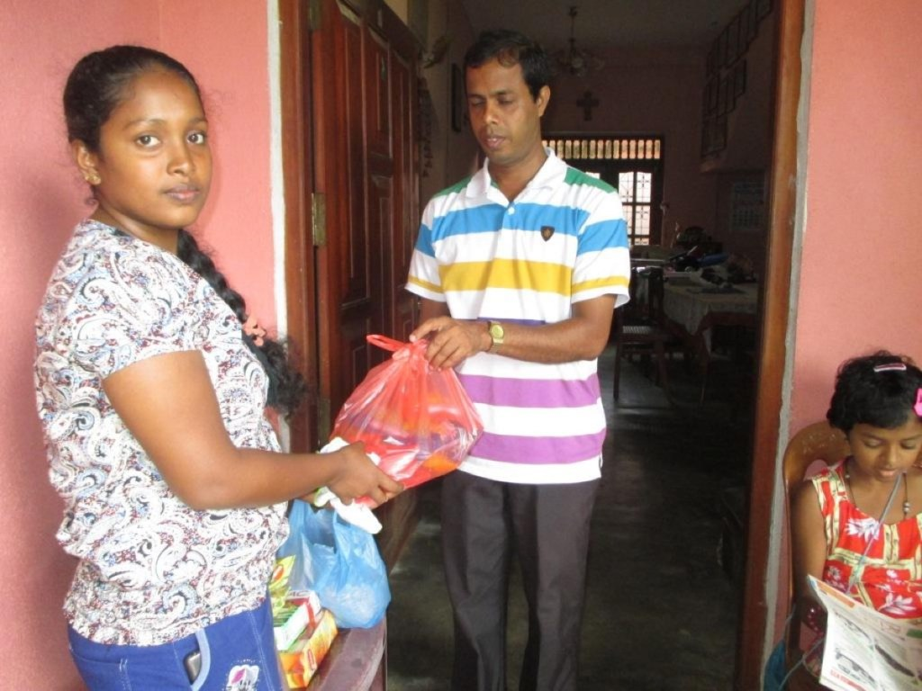 Tharindu's wife receives the food parcel from Nishantha.