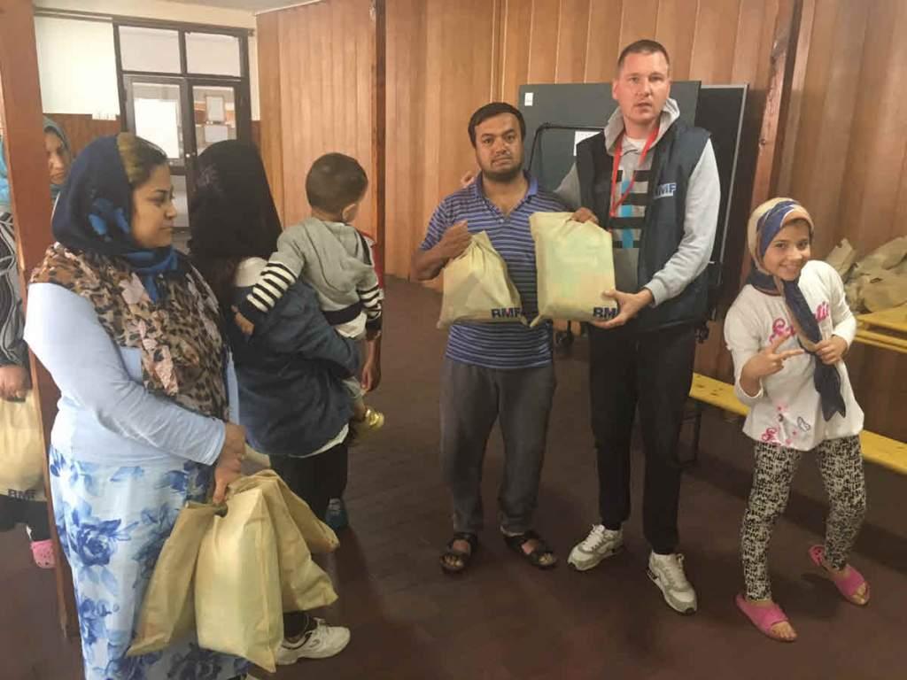 Refugees receive the kits at the Kikinda camp