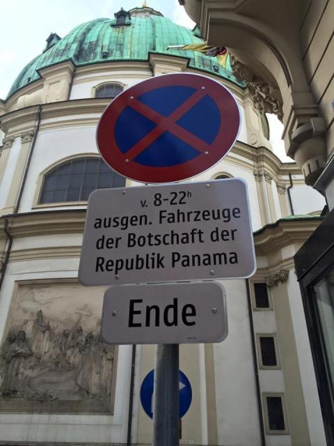 """Ein Parkverbotsschild, mit dem Hinweis: """"ausgenommen Fahrzeuge der Botschaft der Republik Panama"""""""