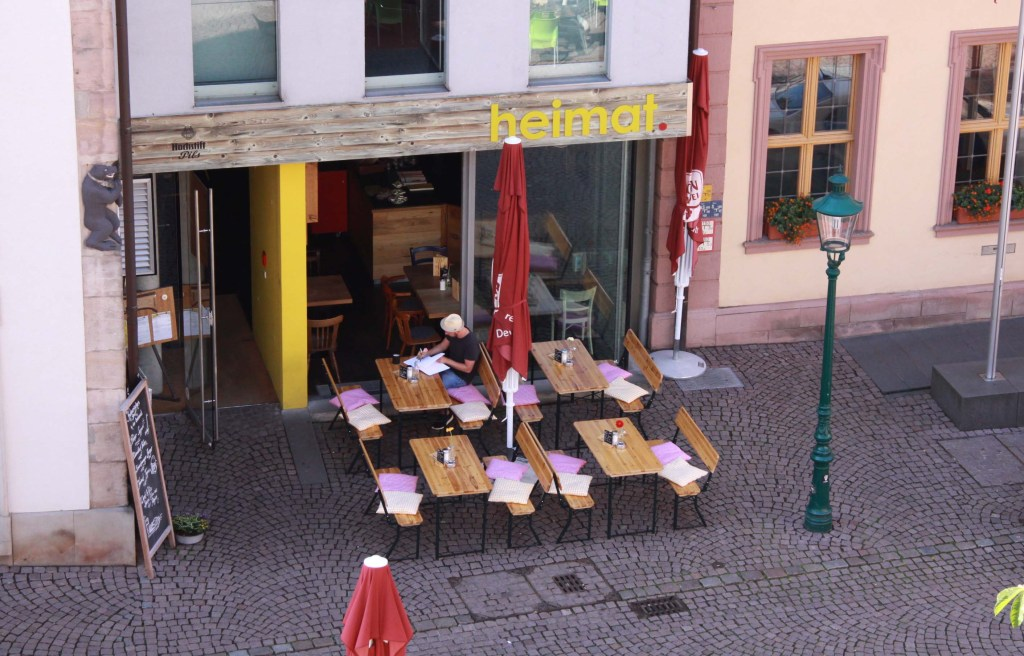 """Tische und Bänke vor dem Lokal """"Heimat"""" in Fulda"""