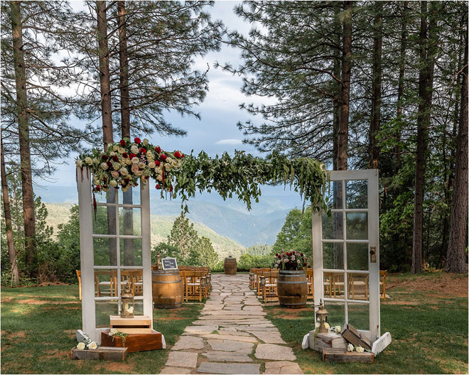 Свадьба в лесном доме в лодже от Fits and Stops Photography Свадьба в дождливый день
