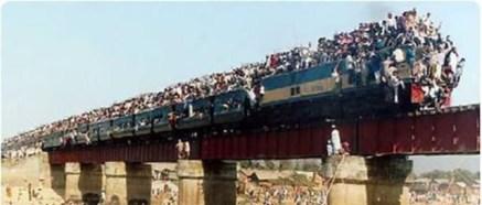 قطار يحمل المئات على سطحه