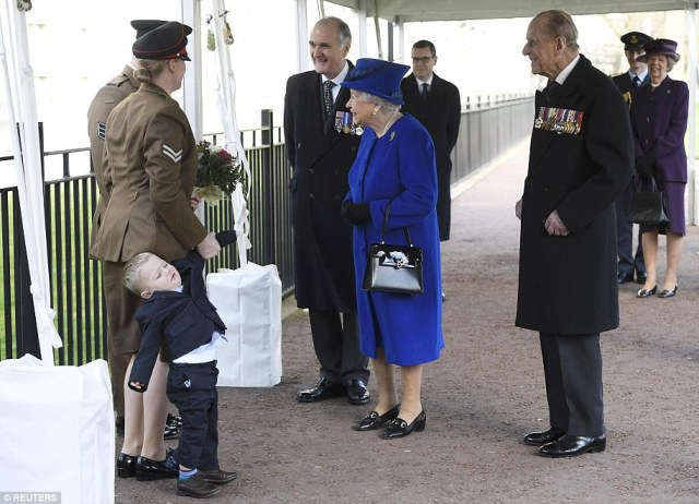 3E1A80D900000578-4296450-The_Queen_smiled_as_she_approached_the_couple_to_chat_to_them_wh-a-238_1489068772221.jpg