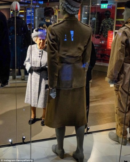 3E570D9000000578-4319868-Reflection_The_Queen_stops_to_inspect_the_uniform_that_belonged_-a-175_1489684741417.jpg