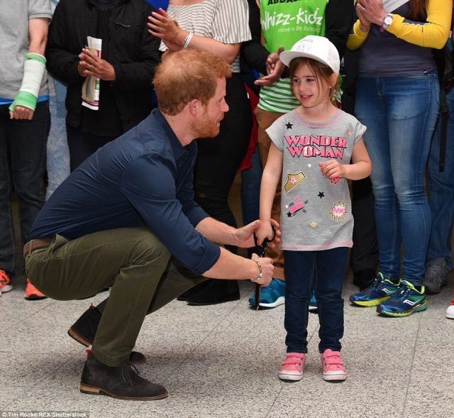 3F60D01C00000578-4424666-The_royal_made_sure_to_put_the_youngster_at_ease_by_holding_her_-a-92_1492598786244.jpg