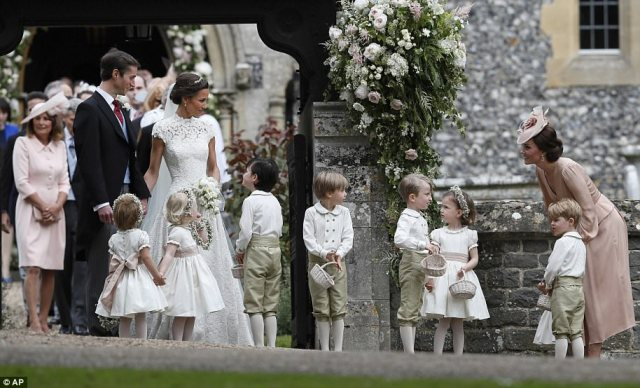 40921A7900000578-4524842-The_Duchess_of_Cambridge_stands_with_her_son_Prince_George_as_sh-a-3_1495301739822.jpg