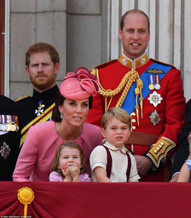 417F2B2300000578-4612948-Princess_Charlotte_and_Prince_George_waited_to_watch_the_RAF_fly-a-83_1497710640484.jpg