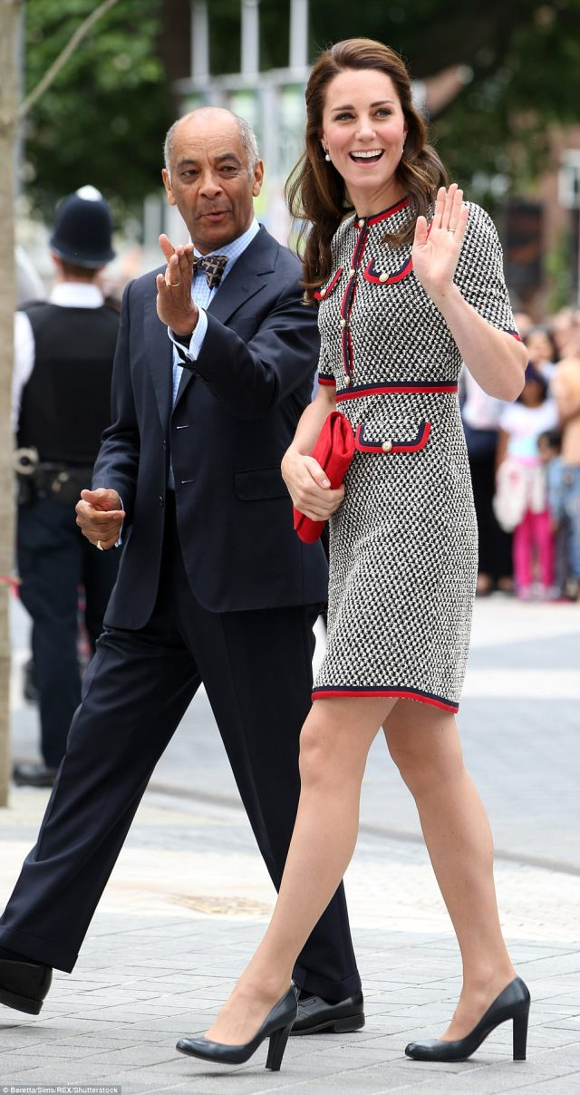 41DEE84B00000578-4650392-Kate_waves_to_the_crowds_as_she_arrives_at_the_V_A_which_is_just-m-178_1498738567148.jpg