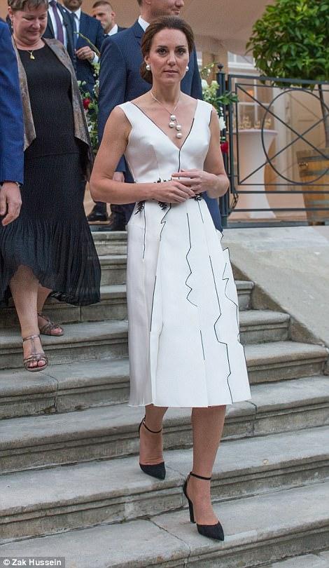 426E81A900000578-4704492-Kate_s_unusual_dress_is_the_handiwork_of_Gosia_Baczynska_dubbed_-m-110_1500323125293.jpg