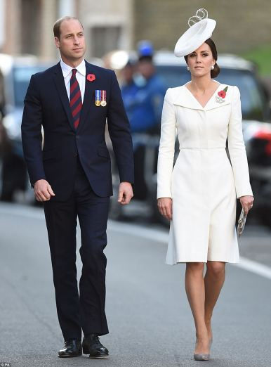 42D3E61E00000578-4744420-William_looking_smart_in_a_royal_blue_suit_and_Kate_looking_resp-m-18_1501438828612