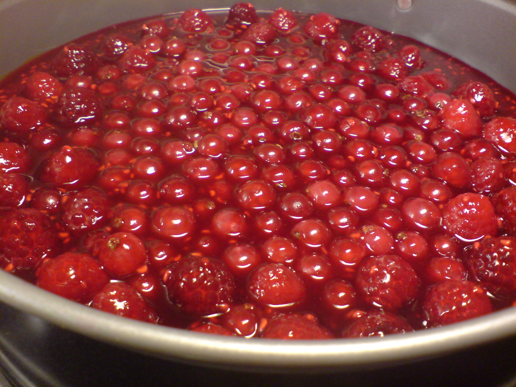 Halloncheesecake med röda vinbär med hallongelé