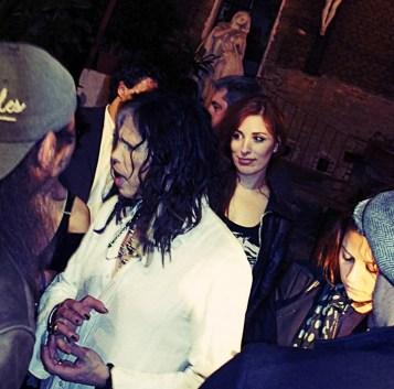 con steven al party mentre parla con la band