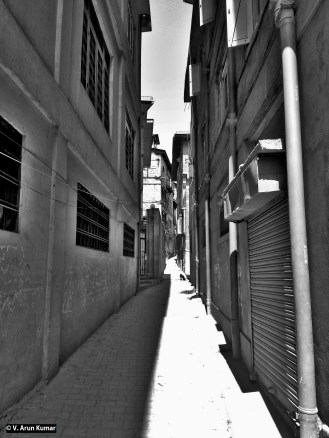 Galis of Downtown during shutdown. These galis gives me a feeling of the Kasba location in the film Battle of Algiers. (Location: Srinagar Downtown)