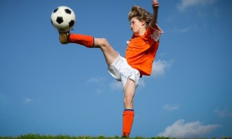 Ребенок профессионально играет в футбол