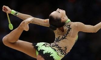 Гимнастка с булавами