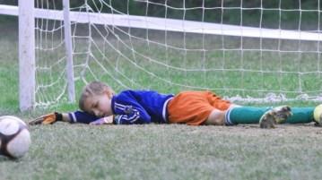 Ребенок переживает, что подвел команду: как помочь