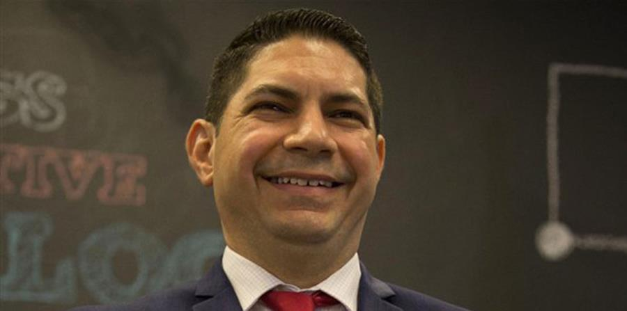 Arocho González, residente de Moca, fue acusado en ausencia el pasado 7 de noviembre por el delito menos grave de daños y por el artículo 3.2 de la Ley 54 de Prevención e Intervención con la Violencia Doméstica de maltrato agravado en presencia de un meno (horizontal-x3)
