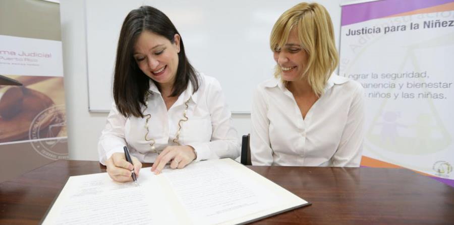 La firma del acuerdo estuvo a cargo de la jueza presidenta del Supremo, Maite Oronoz, y la directora ejecutiva de la Fundación, Bibiana Ferraiuoli. (horizontal-x3)