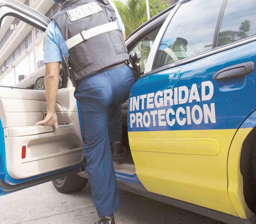 El juez Rafael I. Lugo MOrales, del Tribunal de Primera Instancia de Aibonito, encontró causa para arresto contra la madre de la menor, le impuso una fianza de $50,000 y pautó una vista preliminar para el 20 de abril. (semisquare-x3)