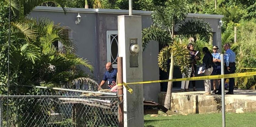 Las autoridades en el hogar donde ocurrió el incidente.