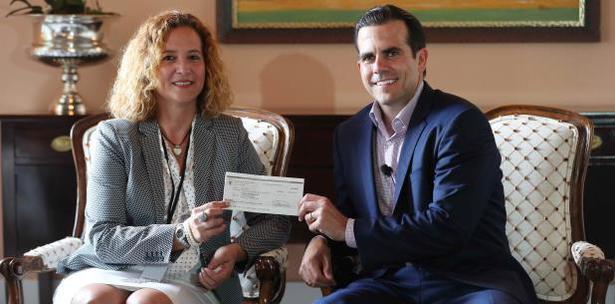 Image result for foto del gobernador de puerto rico y la presidenta del comite olimpico en la entrega de cheque de $ 4 millones de dolares