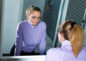 Como perder a timidez diante do espelho