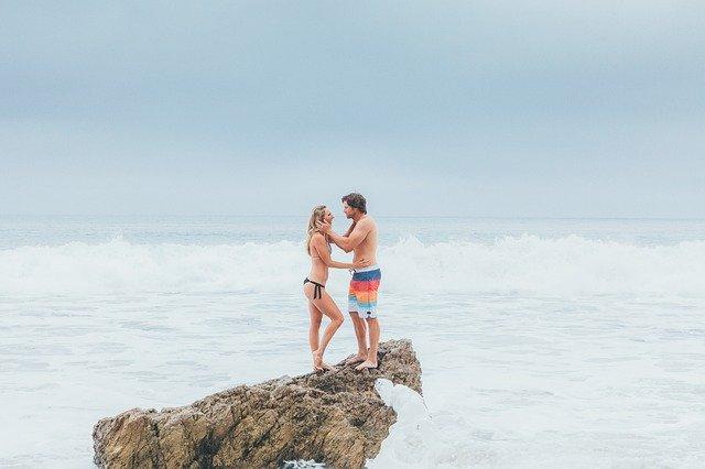 casal curte praia com ou sem dinheiro