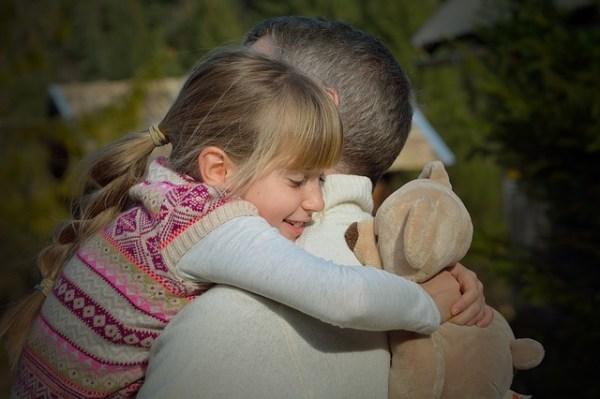Criança tem quer ser feliz com os pais para se tornar um adulto feliz