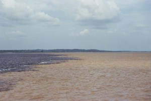 El encuentro de las aguas. Unión del rio negro y amazonas