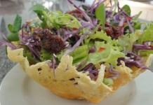 Receita de Salada Tailandesa na Cestinha de Queijo