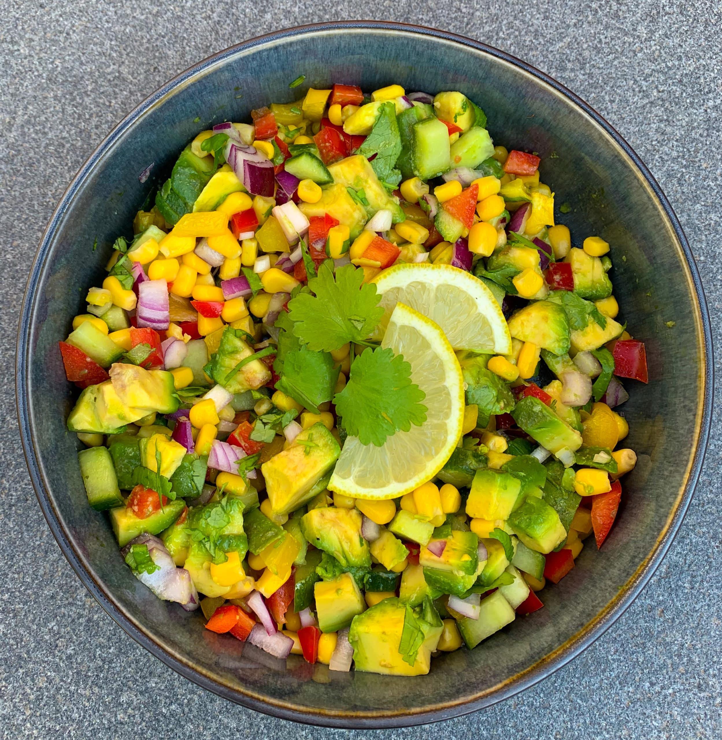 Mexicaanse salade met mais, avocado en paprika